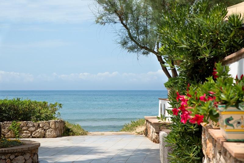 A Giugno il mare è più bello e la vacanza costa meno.